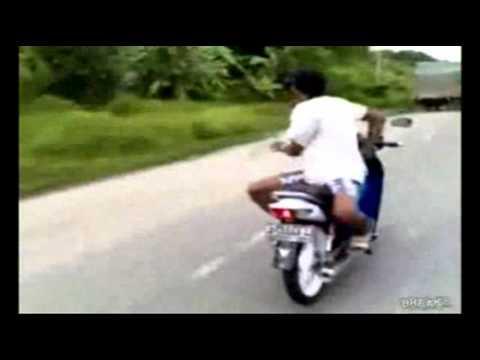 Biểu diễn đi xe máy nghệ thuật với nhiều động tác quá nguy hiểm.wmv