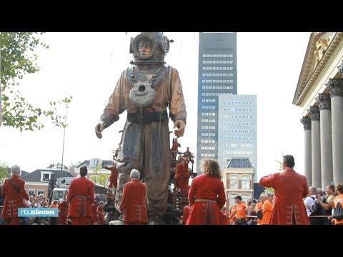 Spektakel in Leeuwarden: metershoge reuzen wandelen door de straten - RTL NIEUWS