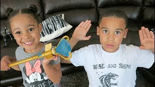 FamouTubeKIDS Pretend To Use Magic And A Robot!