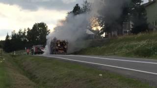 pożar samochodu ciężarowego na drodze w starej wsi