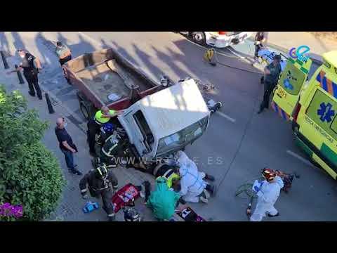 Aparatoso accidente de tráfico provoca que una persona deba ser rescatada de debajo de un camión