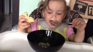 Ест суп(Она вообще супы не любит, а тут сама! 2 года 4 месяца., 2013-06-10T10:43:48.000Z)