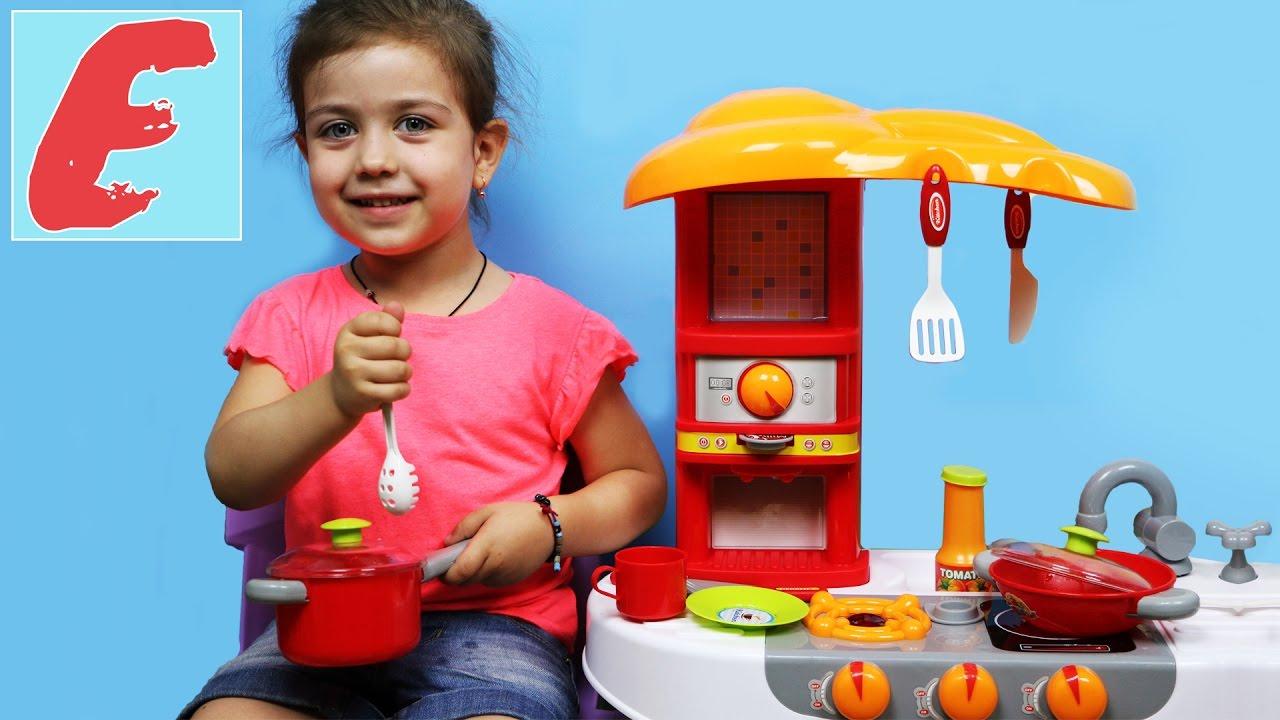 მზარეული ემილია სამზარეულოში ამზადებს საჭმელებს, ნამცხვარს