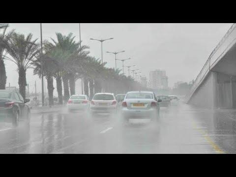 شاهد.. تساقط أمطار غزيرة وحبات برد بشكل قوي بالعاصمة