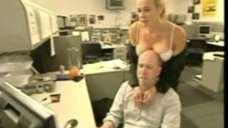Tippen mit Titten - Geile Chefin lenkt Mitarbeiter von der Arbeit ab