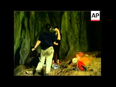 British divers arrive to rescue trapped cavers