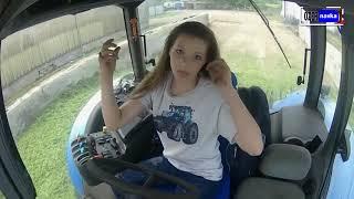 красивые девушки за рулём трактора