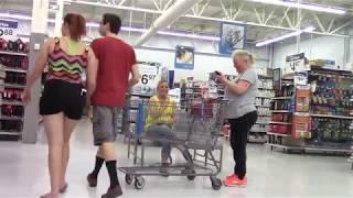 Пердят в супермаркете. Прикол и пранк.
