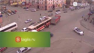 В Нижнем Тагиле груженый грузовик врезался в трамвай(Вчера 21 апреля в 17:10 на перекрестке проспекта Мира и улицы Циолковского произошло ДТП с участием грузовика..., 2014-04-22T05:13:01.000Z)