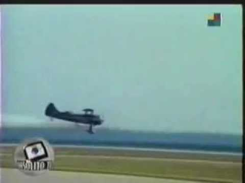 WACO BIPLANE LOSES LANDING GEAR IN AIR SHOW