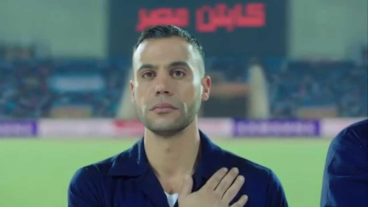 بالفيديو كابتن مصر محمد إمام يقف مع فريقه العجيب للسلام