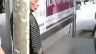 Ông già tự sướng trước mặt thiếu nữ