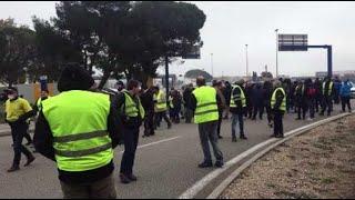 Les gilets jaunes bloquent le rond-point Avignon Nord