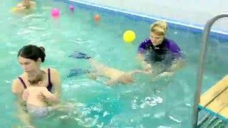 Грудничок плывет сам-Обучение плаванию в бассейне в Минске для детей (Курсы,Секция,занятия)