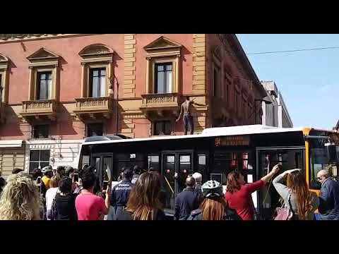 Un uomo sale sul tetto dell'autobus a Palermo