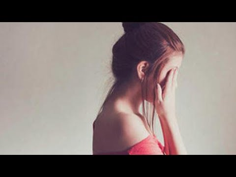 Seorang Wanita Mabok menangis, karena kakinya terjebak di Jamban