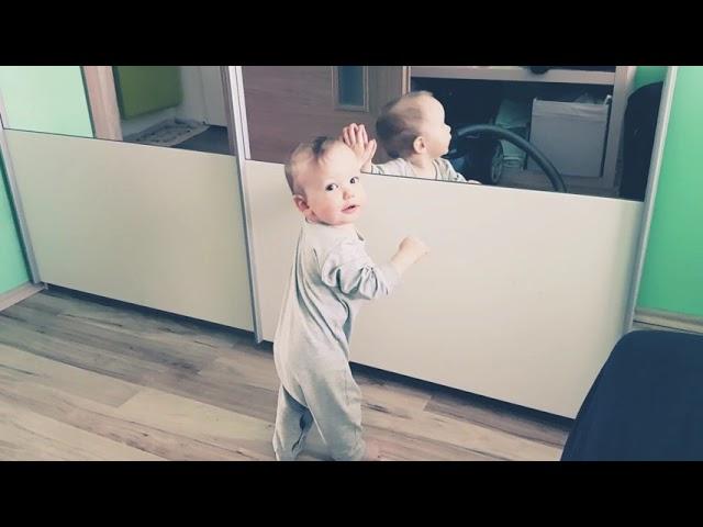 Sebastian skúša stáť :)