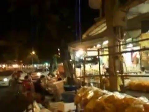 Hàng ăn đường phố gần chợ hoa Pak Klong Talad