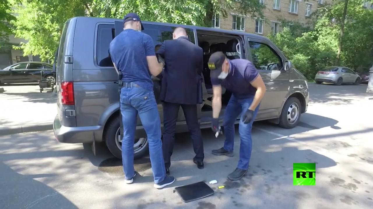 لحظة القبض على مسؤول روسي بتهمة الخيانة