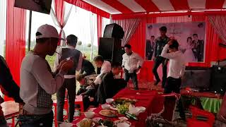 Chú rể bất lực nhìn đánh nhau trong đám cưới