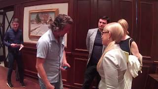 Журналисты фотографируются с Юлией Тимошенко.