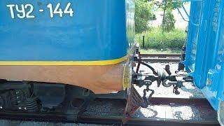 Как цепляют вагоны на детской железной дороге Запорожья, локомотив ТУ2-144(На видео видно, как цепляют вагоны на детской железной дороге в Запорожье, виден локомотив ТУ2-144 и его манев..., 2014-11-25T16:13:37.000Z)