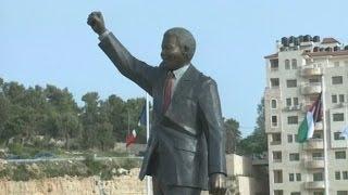 الفلسطينيون يدشنون ميداناً وتمثالاً للراحل نيلسون مانديلا