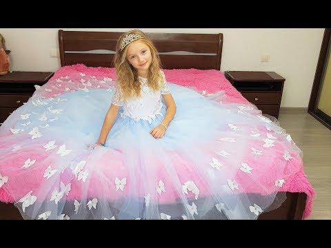 Polina y sus hermosas princesas se visten.