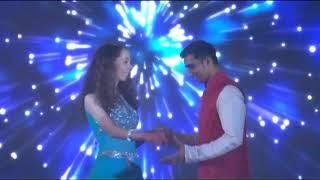 Танец невесты и молодых на индийской свадьбе
