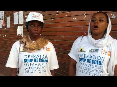 Jeunes élèves s'adressant aux filles du Lac Tchad