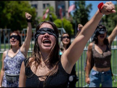 hoy-en-redes:-#chileprotesta-mujeres-del-mundo-se-unen-en-cántico-de-protesta