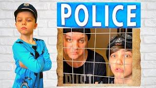 Андрей играет в профессию как полицейский