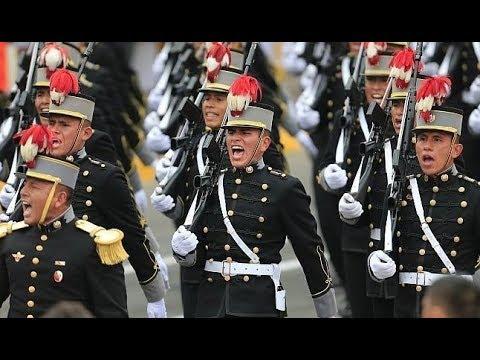 cadetes de la escuela militar desfilan demostrando