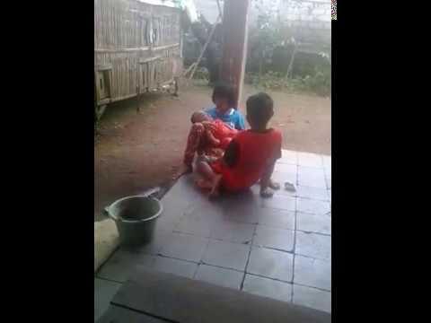Heboh anak ini masih kecil sudah gendong adiknya