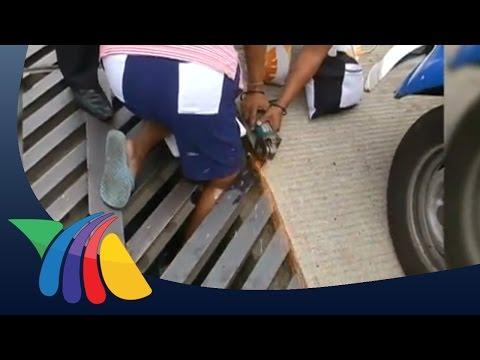 Mujer queda atorada en alcantarilla de Acapulco | Noticias de Guerrero