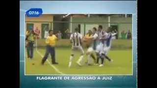 Футболист напал на арбитра