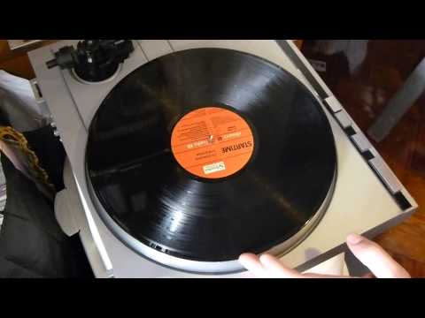 cleaning-vinyl-lp-record-with-glass-cleaner