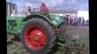Tractores antiguos arando en Tembleque.