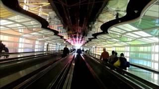 シカゴ・オヘア国際空港ターミナル1にある地下通路です。 I'm walking t...