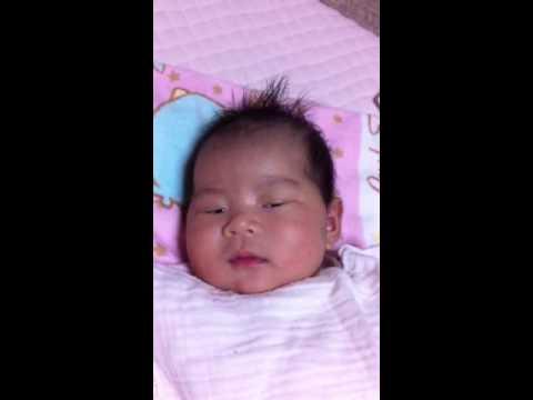 【癒し】笑笑 寝ながら笑う赤ちゃん!引き笑い⁈さんまか( ̈ ...