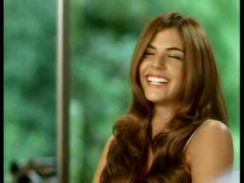 Stephanie Cayo en comercial de shampoo (Perú)