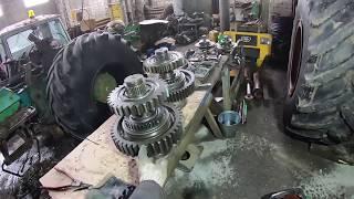 Ремонт К-701М. Установка гидрораспределителя. Снимаю раздаточный вал КПП.