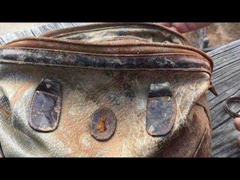 Denizin Dibinde Bir Çanta Buldu, İçine Bakınca 25 Yıllık Gizem Ortaya Çıktı.
