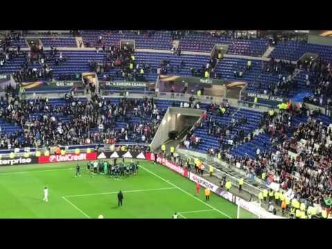 Feest op het veld en op de tribune. Olympique Lyon - Ajax 3-1.