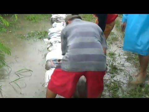 Air Sungai Meluap, Warga Membuat Tanggul Sementara Mp3