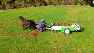 Разбрасыватель органических удобрений на конной тяге.