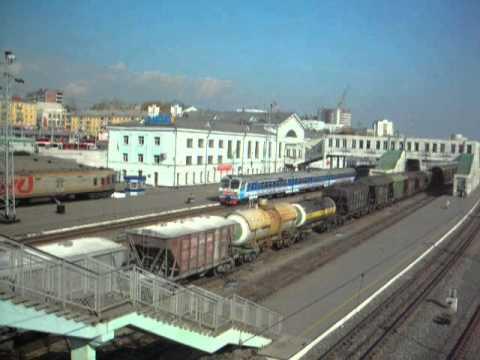Грузовой поезд проезжает через вокзал ст. Киров