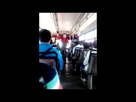 Opera singer gets on public transport • Cantante de Opera se sube a transporte público