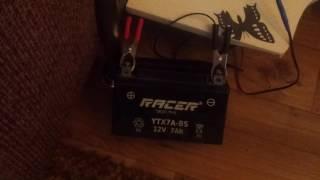 видео Как заряжать аккумулятор мотоцикла на 12 вольт