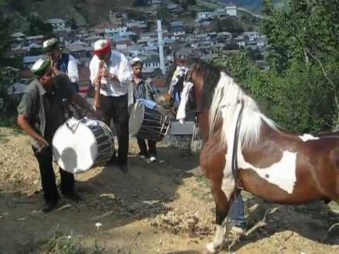Download Kali Pullali duke Vallëzuar me Lodra ne fshatin Bozovcë